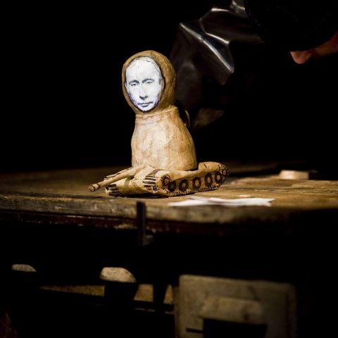 https://www.divadlolisen.cz/wp-content/uploads/2018/10/Putin_lyzuje_foto_Matej_Sykora_11-480x480.jpg