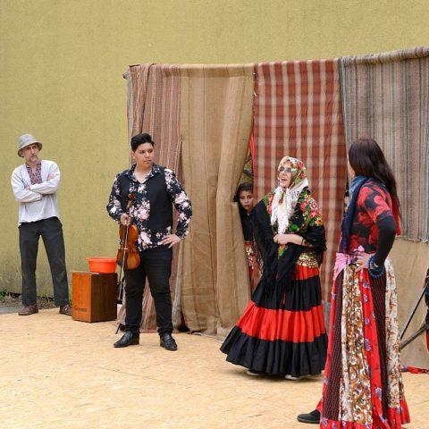 https://www.divadlolisen.cz/wp-content/uploads/2019/03/Schovejte-si-Slepice-27.04.19-FotoęLuina-6-480x480.jpg